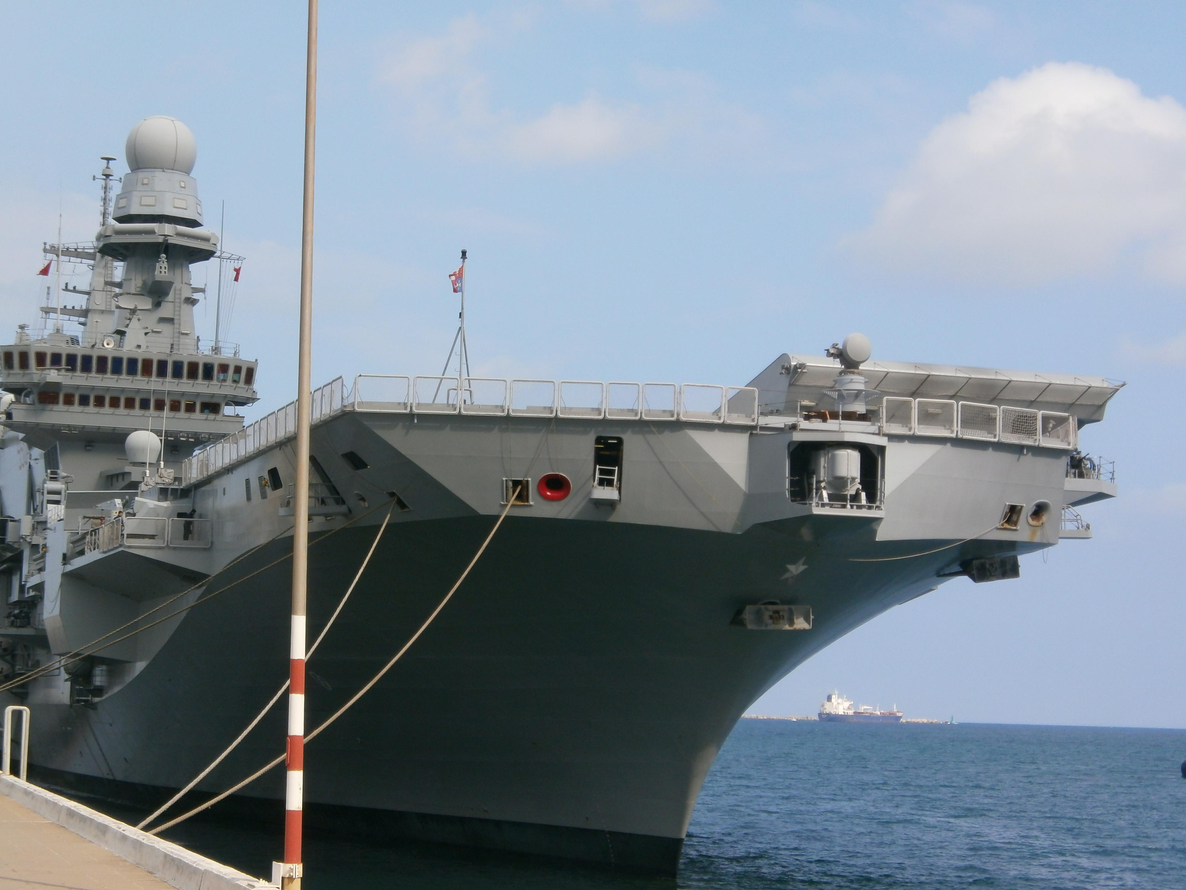 La portaerei cavour in sosta operativa ad augusta - Nave portaerei ...