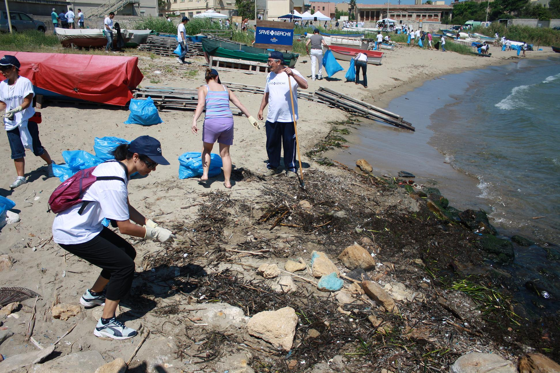 "CORONA SAVE THE BEACH: CENTINAIA DI VOLONTARI RIPULISCONO ""CALA PARADISO"""
