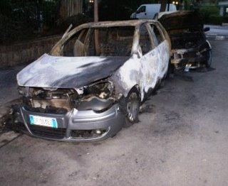 DUE AUTO TOTALMENTE ARSE DAL FUOCO