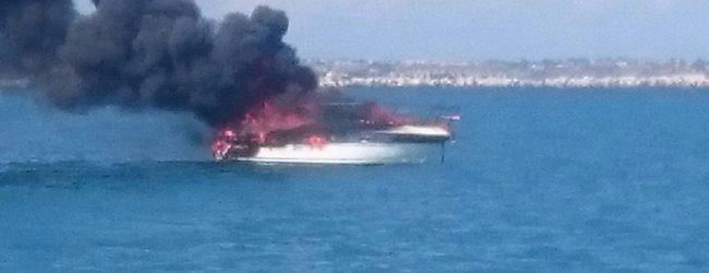Augusta  Imbarcazione avvolta dalle fiamme affonda nella rada del porto di Augusta