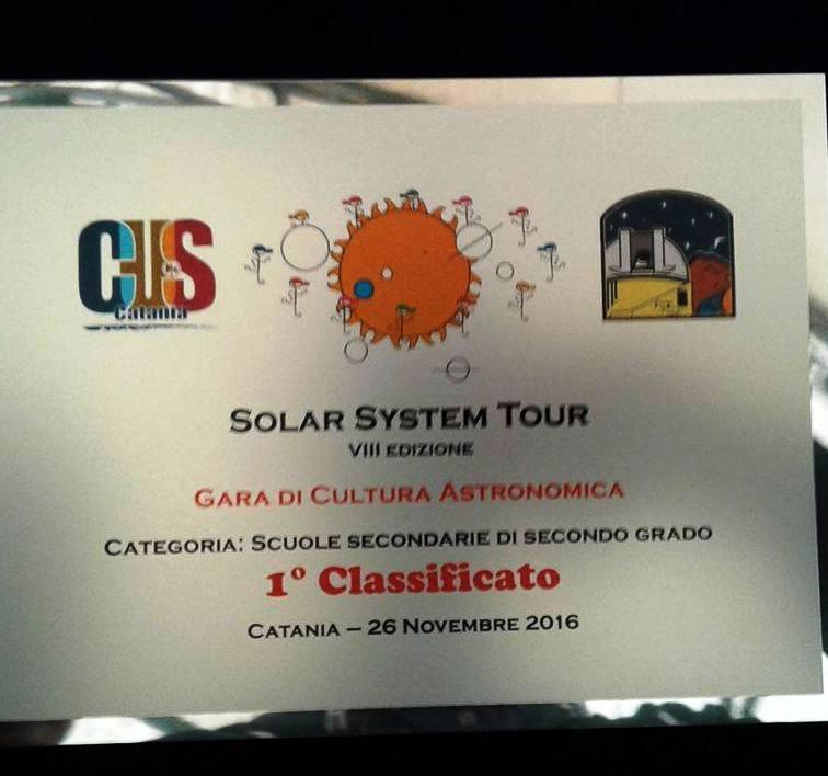 targa consegnata agli alunni del vittorini vincitori del solar system tour