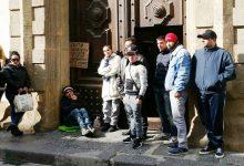 Augusta| Un giovane operaio si incatena davanti all'ingresso del municipio