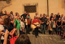 Noto| Mario Incudine canta le serenate sotto i balconi della via dell'infiorata