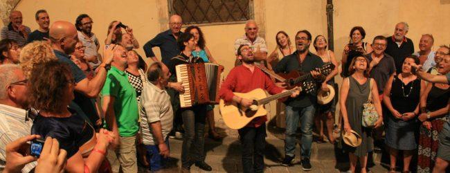 Noto  Mario Incudine canta le serenate sotto i balconi della via dell'infiorata