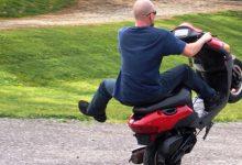 """Carlentini   Gara di """"impennate"""" tra scooteristi in pieno centro, i carabinieri li mettono in fuga"""