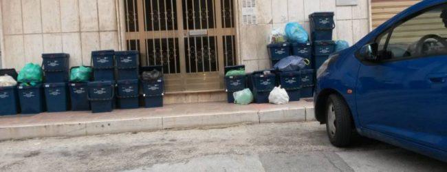 Augusta| Mastelli dei rifiuti intralciano i marciapiedi della città. Inaccessibili alle persone in carrozzina