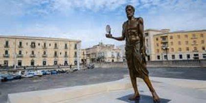 Siracusa  Restaurata statua Archimede a costo zero per il Comune