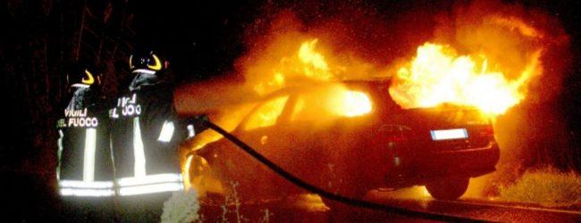 Lentini | Autovettura in fiamme in pieno centro, indagini della polizia