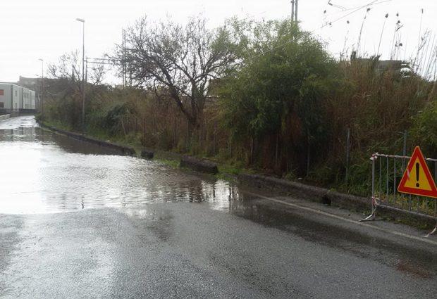 Augusta| La pioggia colma buche e avvallamenti delle strade
