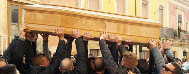 Canicattini| Funerali di Lauretta, crolla papà Andrea