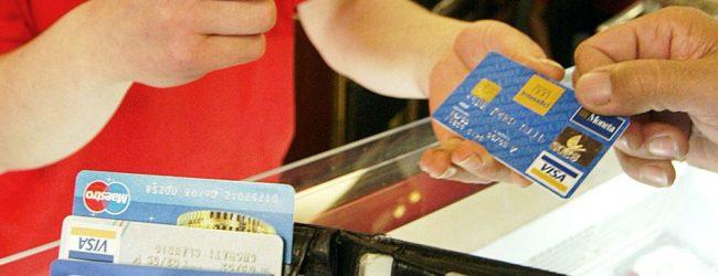 Lentini | Fanno acquisti con una carta di credito smarrita, tre denunciati