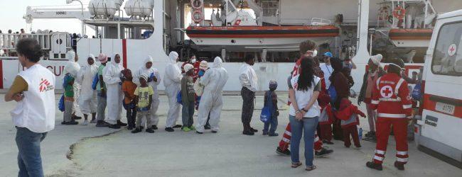 Augusta| Il cadavere di un trentenne eritreo sbarcato con 721 migranti