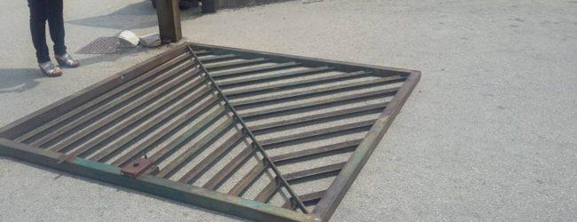 Siracusa  Cede un'anta del cancello dell'Archia