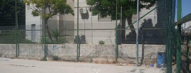 Augusta| Campo Palma nel degrado rifiuti e recinzione dell'area gioco divelta