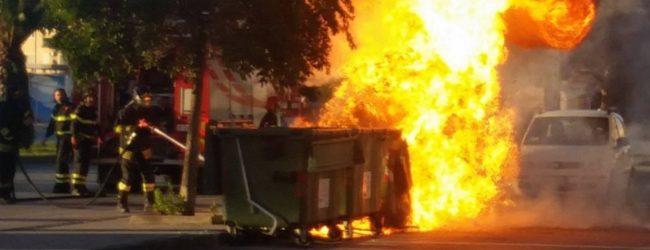Siracusa| Cassonetti incendiati anche nelle zone balneari. Scoppia il caso