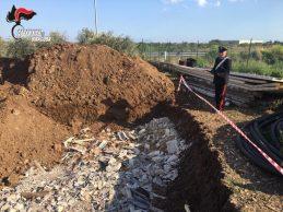 Siracusa  Sversava eternit sbriciolato in una fossa realizzata nel suo terreno