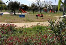 Augusta| Parco giochi della borgata nel degrado: erbacce e recinzione divelta.