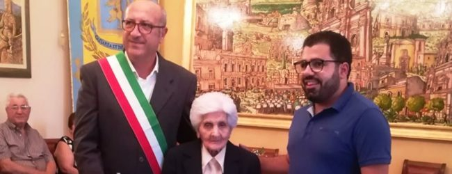 Carlentini | Festa grande in Comune per i 100 di Vincenzina Spina