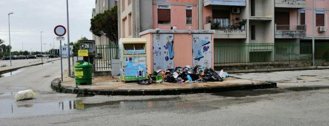 Augusta| Indumenti sparsi per strada con rifiuti, situazione indecorosa per la città