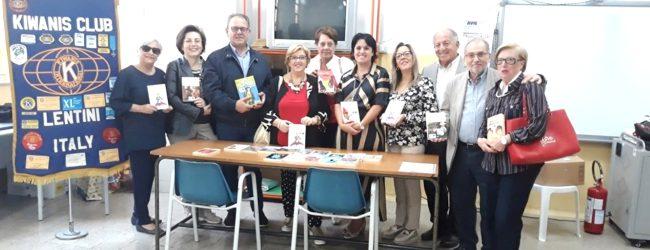 """Lentini   """"Leggiamo intorno al mondo"""", il Kiwanis dona libri alla scuola """"Vittorio Veneto"""""""