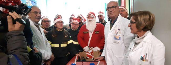 Siracusa  Pompieri donano giocattoli ai bambini della Pediatria