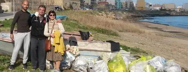 Augusta| Il Mare d'inverno: rimossi sacchi plastica e pneumatici da Cala Paradiso