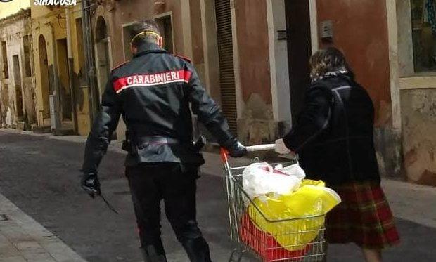 Augusta  Carabinieri in aiuto di un'anziana che stava rientrando a casa con la spesa