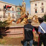 Siracusa| Turisti danneggiano la fontana di Diana mentre vi fanno il bagno