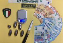 Rosolini| La GdF sequestra Hashish, contanti e coltelli celati nelle tasche di un ventenne