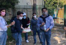 Augusta| Un anno di problemi idrici: festa con torta e acqua torbida per sollecitarne la soluzione