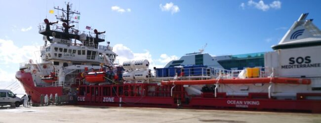 Augusta | La Ocean Viking con 422 migranti è arrivata al porto
