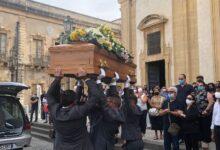 Augusta | Addio a Giovanni: la bara al cielo e il saluto degli Ultras