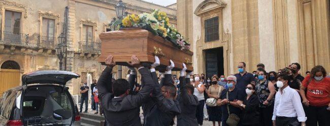 Augusta   Addio a Giovanni: la bara al cielo e il saluto degli Ultras