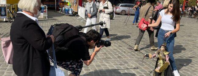 "Siracusa | La giovanissima ""pupara"" Alessandra Mauceri incanta la Francia"